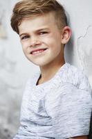 retrato de menino encostado na parede foto