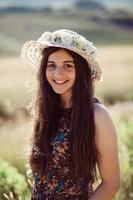 garota em um campo em um dia de verão
