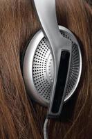 fones de ouvido brancos em tamanho grande na cabeça foto