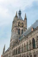 a torre de ypres cloth hall flanders bélgica foto