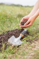 mulher plantando em um campo foto