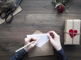 escrevendo carta de amor foto