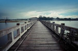 você está na ponte mais longa de madeira de amarapura, myanmar. foto