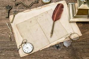material de escritório e acessórios antigos, papel usado, caneta de pena