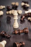 xadrez ganhar conceito sobre fundo de madeira