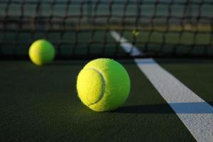 bolas de tênis na quadra foto