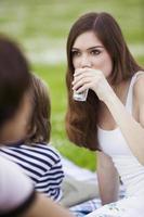 menina, bebendo água, close-up foto