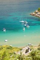 vista panorâmica na praia de areia lovrecina na ilha de brac, croácia