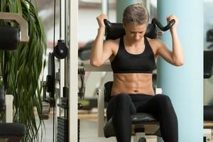 jovem mulher fazendo exercícios abdominais foto