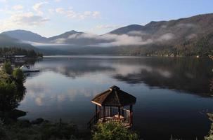 manhã de montanha no gazebo do lago grande