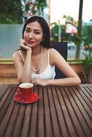 mulher atraente, desfrutando de café durante o almoço em um restaurante aconchegante foto