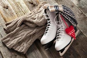 os patins de gelo brancos em placas de madeira velhas foto
