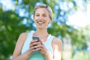 loira bonita usando smartphone foto