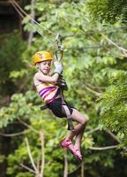 jovem em uma tirolesa da selva