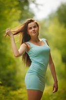 menina jovem bonita feliz elegante hipster foto
