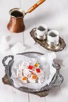 Manjar Turco sobre fundo branco de madeira foto