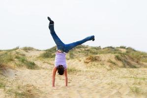 garota cartwheeling foto
