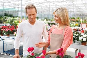 florista profissional que vende flores foto