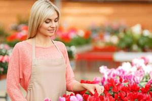 bom florista trabalhando com flores foto