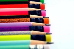 lápis coloridos afiados foto
