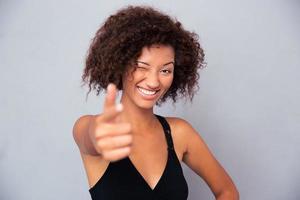 mulher africana, mostrando, arma, gesto, câmera foto
