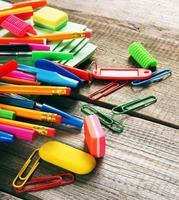 ferramentas escolares. em fundo de madeira. foto