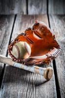 luva de beisebol vintage e bola velha foto
