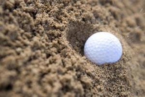 bola de golfe no bunker foto