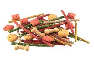 biscoitos de cão em forma variados e mastiga. foto