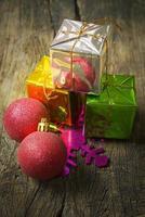 pilhas de presentes de Natal no fundo de madeira. (ainda li