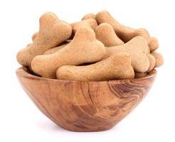 salgadinhos para biscoitos de cães em uma tigela de madeira foto