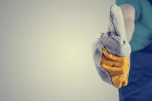 mão em uma luva protetora, fazendo sentido positivo sinal
