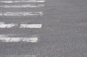 rua com faixa de pedestres
