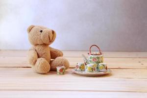 ursinho de pelúcia e conjunto de chá foto