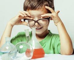 menino bonito com vidro de medicamento isolado usando óculos smi
