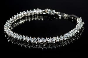pulseira de prata com diamantes em fundo preto