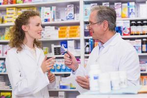 equipe de farmacêutico conversando entre si foto