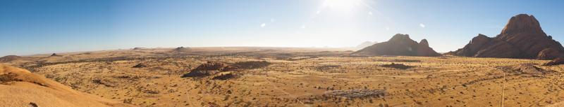 olhando por cima do deserto do namibe com montanha spitzkoppe foto