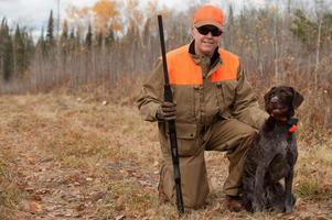 caçador e cachorro foto