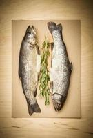 peixe cru em uma tábua foto