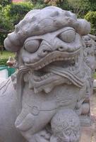 estátua de leão chinês em wat arun foto
