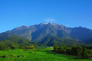 Monte Kinabalu durante o céu azul foto