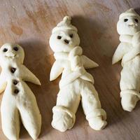 pães tradicionais não cozidos em forma de homem para o dia de São Nicolau foto