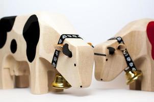 brinquedos de madeira vaca foto
