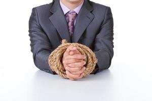 homem de negócios amarrado as mãos foto