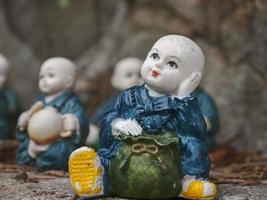 estatuetas de pequeno monge