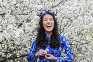 menina vietnamita sorridente em ao dai foto