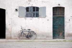 descanso de bicicleta em uma parede de uma antiga fazenda