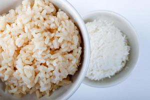 arrozes cozidos marrons e brancos foto
