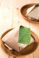 nasi lemak embalado em folha de bananeira foto